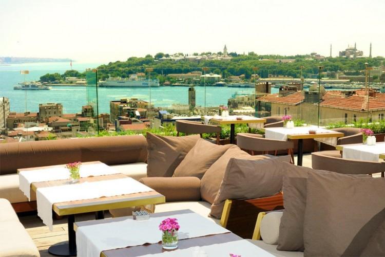 Georges Hotel Galata in Istanbul, Turkije: een stijlvol 20 kamers tellend boetiekhotel, gelegen in een beschermd gebouw in het hart van het chique culturele stadscentrum. Het dakterras trakteert je op een mooi zicht op de Oude Stad met de Bosphorusrivier en zelfs de Aziatische stadskant. © Georges Hotel Galata