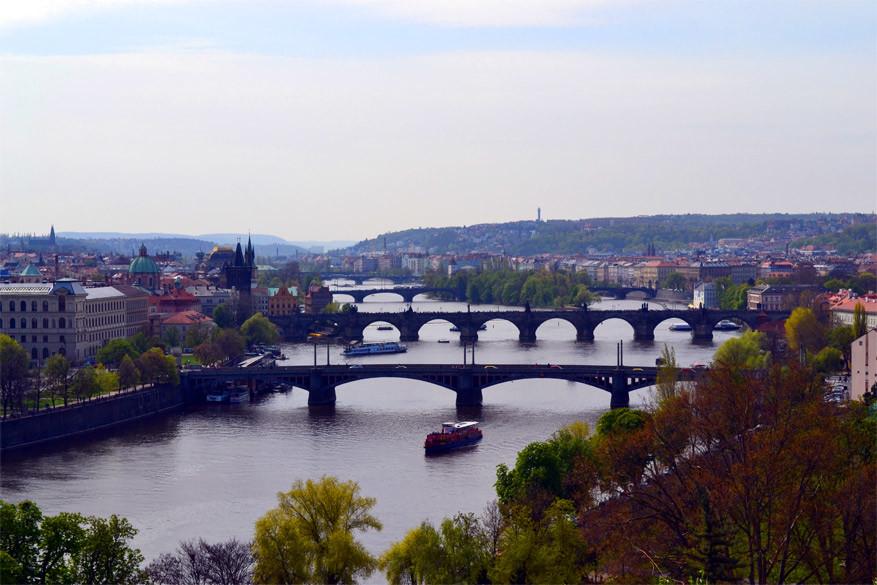Praag: uitzicht op de verschillende bruggen. De Karelsbrug is de tweede van onder te tellen