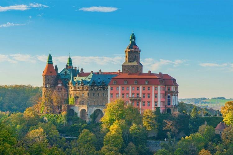 Kasteel Ksiaz in Polen: dat staat bekend als de Parel van Silezië. Het werd gebouwd in de 13de eeuw maar doorheen de tijd vaak vernield. Het was ooit in beslag genomen door de nazi's en vervolgens bezet door het Rode Leger. Nu kun je er zonder problemen rondwandelen met begeleiding van een gids. © Adam Koren