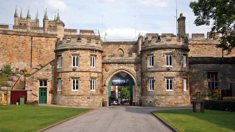 Lincoln Castle in Engeland: gebouwd in Lincolnshire in 1068 door Willem de Veroveraar. Het kasteel is een zogenaamd mottokasteel, wat wil zeggen dat het gebouwd wordt op een kunstmatig aangelegde aarden heuvel. Speciaal bij het Lincoln Castle: dat staat niet op één, maar op twee mottes. Enkel in het kasteel van Lewes in Sussex, Engeland is dat ook het geval. © The Lincolnite