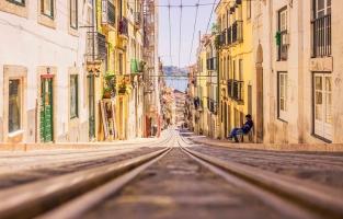 6. Lissabon, Portugal. Een verblijf hier is bijna de helft goedkoper dan Amsterdam of Rome. Twee overnachtingen voor twee personen in het centrum van de Portugese hoofdstad kost je slechts 97 euro. Ga je als koppel ergens eten, dan ligt de prijs rond de 43 euro. Veel bezienswaardigheden kosten er slechts enkele euro's of zijn zelfs gratis. Een ritje op de authentieke tram 28 sla je ook best niet over. Voor 2,85 euro zit je er zo'n 40 minuten op. © Kurt Vandeweerdt