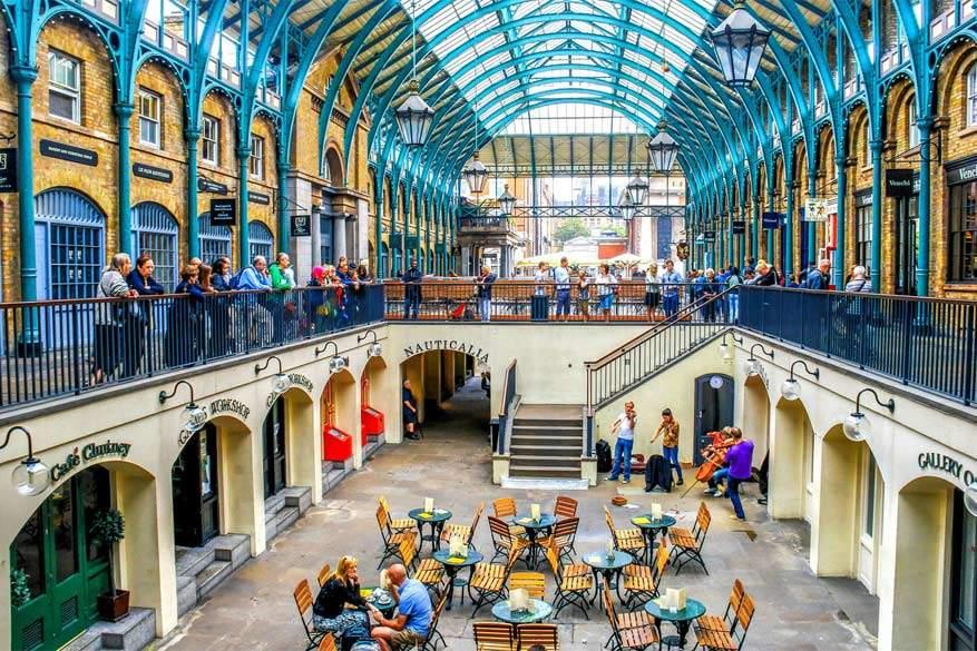 Scoor de beste koopjes op plaatselijke markten. Hier: de bekende Covent Garden
