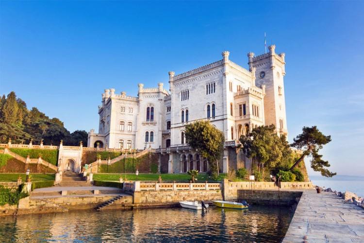 Kasteel Miramare in Italië: dit beroemd kasteel ligt aan de Golf van Triëst, zo'n 8 kilometer ten noordwesten van het Italiaanse Triëst. Het werd gebouwd in de 19de eeuw op een lage klif wat een romantische indruk geeft. De omgeving ligt er bezaaid met tropische planten en bomen en in het kasteel vind je een museum. © Matej Kastelic