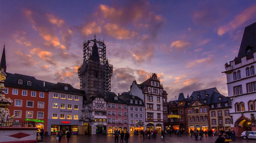 Het centrum van Trier bij valavond