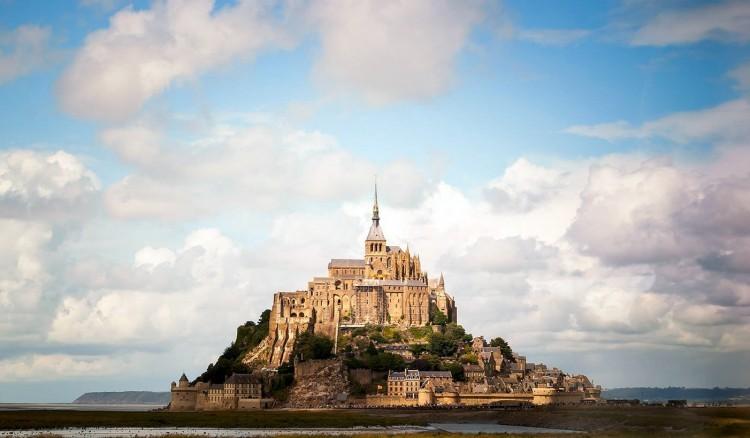 Mont Saint-Michel in Frankrijk: een klassieker uit Normandië, gebouwd op een rotspunt in de middeleeuwen. Mont Saint-Michel was oorspronkelijk een abdij en een populaire bestemming voor pelgrims. Nu hebben al een tijd lang ook toeristen de weg ernaartoe gevonden. © Rudi Gomes