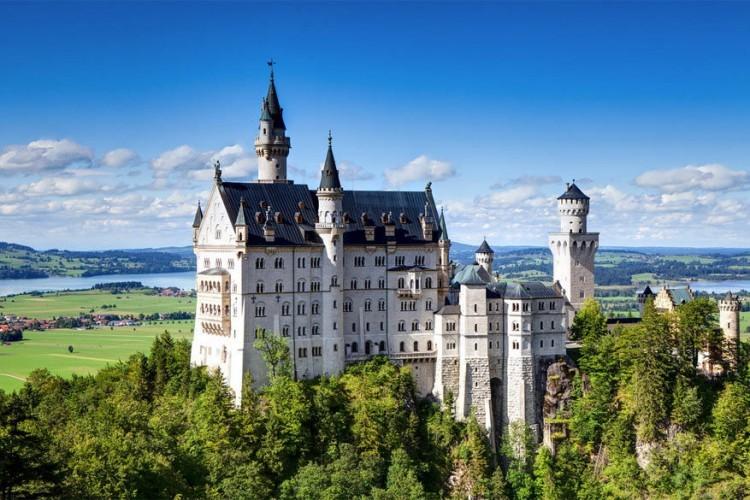 Slot Neuschwanstein in Duitsland: gebouwd in Beieren in de tweede helft van de 19de eeuw in opdracht van koning Lodewijk II van Beieren. Het is zijn beroemdste bouwwerk en met 1,3 miljoen bezoekers per jaar een van de populairste toeristische attracties van de streek. © Fabio Bricchi