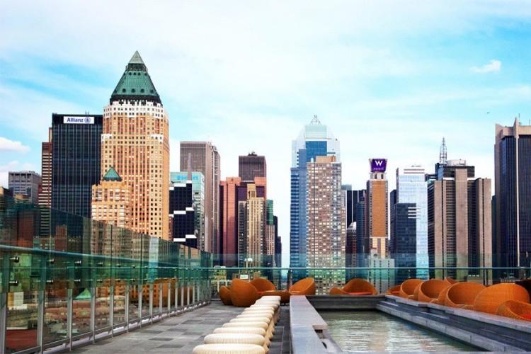 Ink 48 in New York, Verenigde Staten: een toonaangevend hotel met een van de mooiste dakterrassen in de stad. Op de 16de verdieping, in The Press Lounge, moet je zijn om een schitterend uitzicht te krijgen op de skyline van Manhatten en de vlakbij gelegen Hudsonrivier. © Modlar