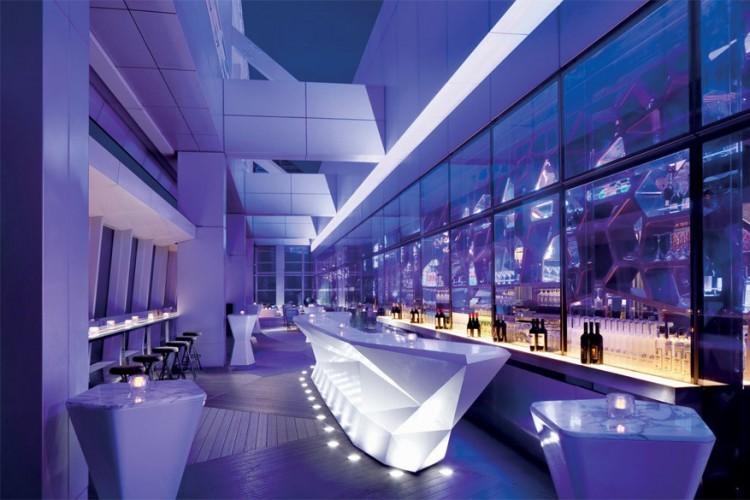 Ritz-Carlton Hotel in Hong Kong: Ozone, de hoogste bar in de wereld, ligt op de 118de verdieping van het Ritz-Carlton Hotel. Het dakterras werd ontworpen door Masamichi Katayama en is op zondags een populaire brunchplaats. Op heldere dagen loopt het dan weer vol met nieuwsgierigen die van het uitzicht komen genieten. © Christopher Cypert