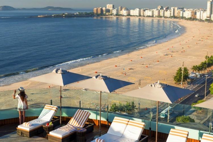 Porto Bay Rio Internacional in Rio de Janeiro, Brazilië: direct aan het strand van Copacabana in de spectaculaire stad Rio de Janeiro biedt hotel Porto Bay Rio Internacional naar eigen zeggen het beste van beide werelden: de wonderbaarlijke stad en het prachtige uitzicht van het strand. 117 kamers met privé veranda's of panoramische ramen geven een indruk van het intense leven van Copacabana. Het dakterras van het hotel op de 20e verdieping biedt een panoramisch uitzicht van 360 graden over de beroemde baai en de hoogtepunten van Rio de Janeiro, met het strand op de voorgrond en Christus de Verlosser op de achtergrond. © Porto Bay Hotels & Resorts