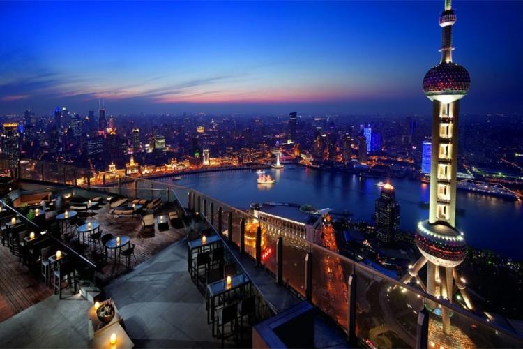 Ritz Carlton in Shanghai, China: op de 58ste verdieping van dit hotel ligt het dakterras. Tijdens warme dagen staat deze plek vol met gasten, toeristen en zelfs locals die vanop het dak een uitzicht krijgen op de wijk Bund, de Oriental Pearl Tower en de omliggende stad. © Ritz Carlton