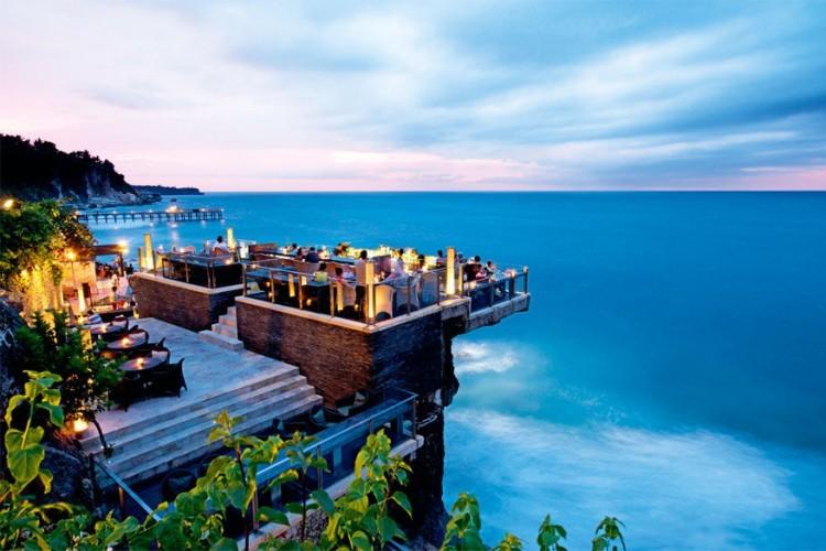 Rock Bar op Bali: dit dakterras maakt deel uit van het Ayana Resort & Spa en ligt op natuurlijke rotsen zo'n 14 meter boven het zeeniveau. Populair onder toeristen en locals die al drinkend van de zonsondergang willen genieten. Maar eens de zon onder is, verandert Rock Bar in een populaire uitgaansplek. © Ayana Resort & Spa