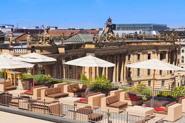 Hotel de Rome in Berlijn, Duitsland: de uitgelezen plek om ten volle van de Berlijnse skyline te genieten. Vanop het dakterras spot je het operagebouw, de stadskathedraal, de tv-toren en een hoop andere hoogtepunten. © Hotel de Rome
