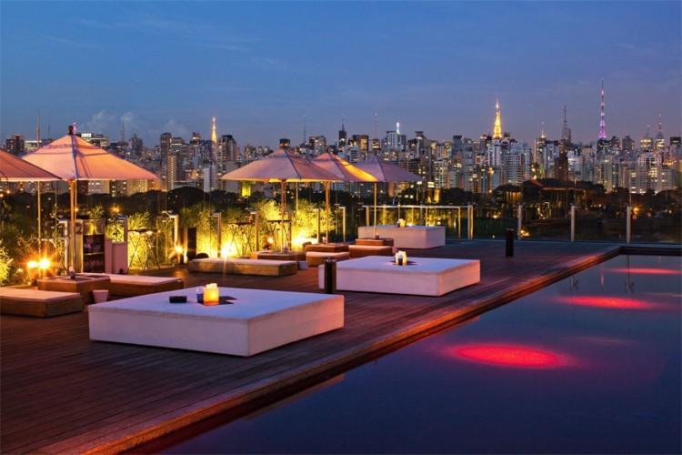 Unique Hotel in Sao Paulo, Brazilië: op het dak van dit hotel ligt Skye Bar. Veel uitleg vraagt die naam niet. Van hieruit zie je zo goed als de volledige metropolis terwijl je baantjes kan trekken in het zwembad. © Unique Hotel