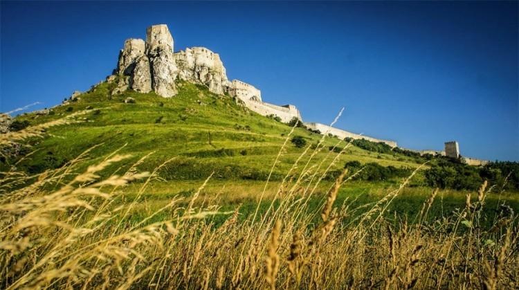 Spišský hrad in Slowakije: dit is een kasteelruïne in het oosten van het land en behoort tot de grootse kasteellocaties van Centraal-Europa. Het ligt in de Spiš-regio bij het dorpje Žehra en nabij Spišské Podhradie. Het complex dateert uit de 12de eeuw en was ooit in handen van de koninklijke familie. Het kasteel behoort tot UNESCO werelderfgoed. © The-Huan Hoang