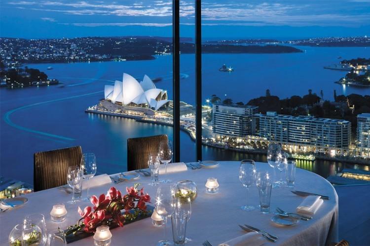 Shangri-La in Sydney, Australië: een luxueus hotel met een van de meest bekende vergezichten van de stad. Het bekende Operagebouw steekt fel wit af tegen het blauwe van de lucht en de zee, terwijl de Harbour Bridge het decor vervolledigt. © Shangri-La