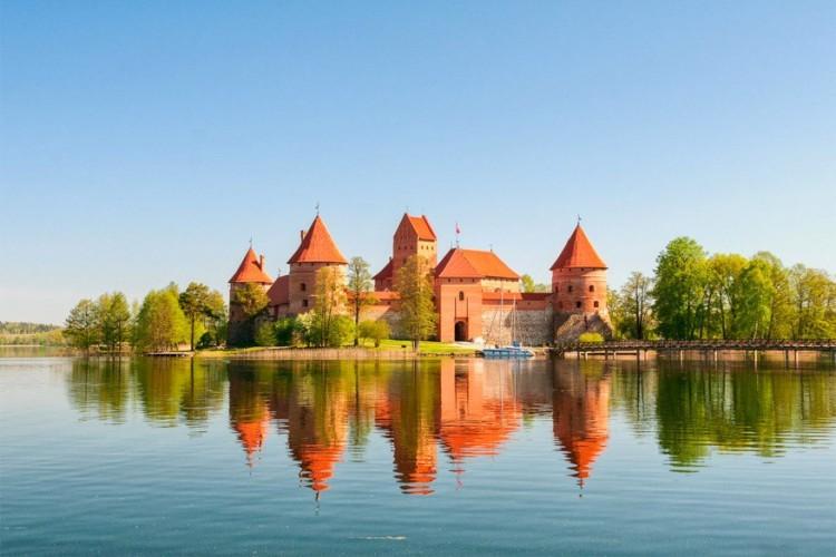 Kasteel Trakai in Litouwen: een mooi voorbeeld van gotische architectuur. Hier krijg je trouwens 2 kastelen voor de prijs van één. Het ene ligt op een eiland in het Galvėmeer bij het stadje Trakai, het andere ligt op een schiereiland tussen het Galvėmeer en het Lukameer. In het museum van het kasteel vind je Litouwse artefacten en andere objecten die op de kasteelgrond gevonden zijn. © Stanislav Xrust