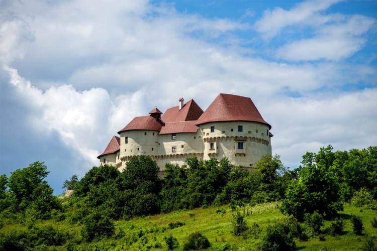 Kasteel Veliki Tabor in Kroatië: gebouwd in de 12de eeuw en nu staat het te pronken op de UNESCO werelderfgoedlijst. Ooit leefde hier de edele familie Ratkaj en de schilder Oton Iveković, maar nu is het kasteel eigendom van de staat en is het een toeristische site compleet met museum. Hier gaat onder meer het Tabor Filmfestival door en andere culturele en entertainende events. © Vlado Ferenčić