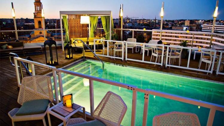 The Donovan in Washington D.C., Verenigde Staten: bovenop het Donovan House ligt ADC (Above D.C.), een privaat dakterras met loungebar. Hier ligt een verwarmd zwembad omringd met loungezetels en met een bar vol eten van het restaurant. Een lang horizontaal kampvuur en bloesembomen geven de plek een warme, chique allure. © Donovan Hotel D.C.