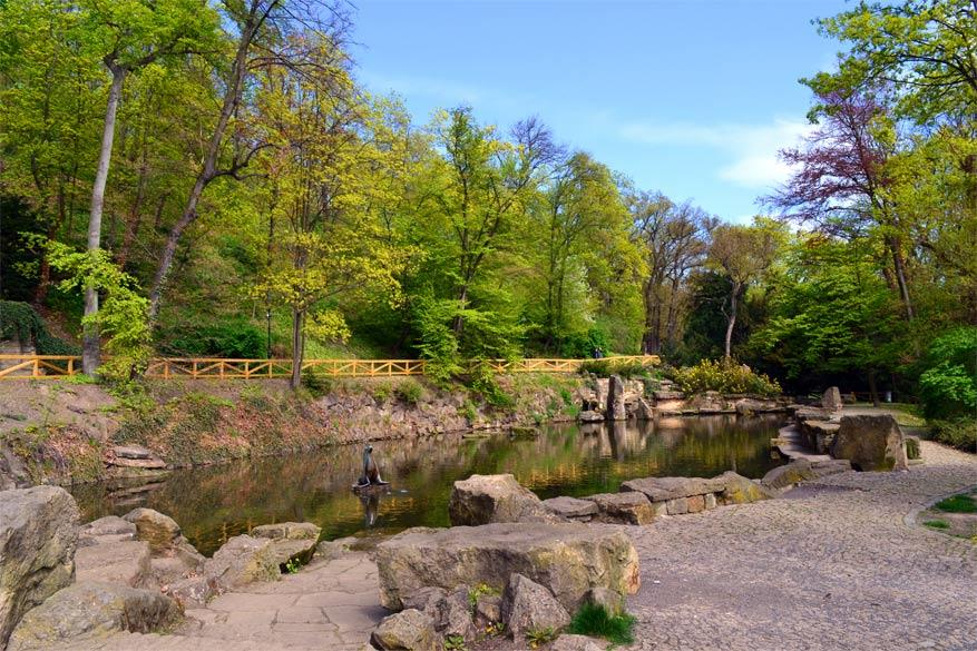 Praag: de vijver in het park met het standbeeld van zeehond Gaston