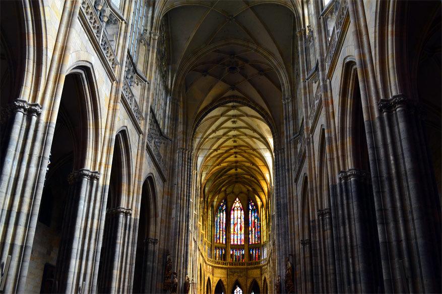 Praag: binnenin de Sint-Vituskathedraal