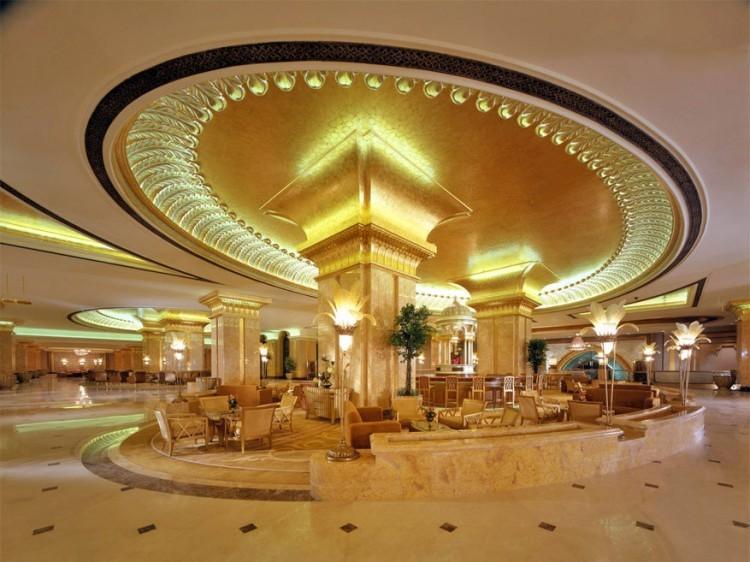 Emirates Palace Hotel in Abu Dhabi, Verenigde Arabische Emiraten: mocht je toevallig een paar duizend dollar in je zak hebben, kun je het in deze lobby laten omtoveren tot goud. In dit weelderige 394 kamers tellende hotel staat namelijk sinds 2010 een 'Gold to Go'-automaat die alles van munten tot hangers omwisselt in goudstaven van 1 tot 250 gram. © Emirates Palace Hotel