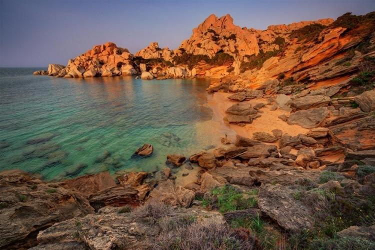 Capo Testa, Sardinië in Italië: op het noordelijke punt van Sardinië ligt Capo Testa: een bolvormige kaap bezaaid met een aantal eersteklas zwemplekken. Dit is de regio Gallura, bekend om zijn door de wind gehouwen granieten steenlandschappen en gekartelde bergen op de achtergrond. Het merendeel van de stranden zijn gezinsvriendelijk en ideaal om te snorkelen. De nabijgelegen badplaats Santa Teresa Gallura heeft meer energie dan het opgesmukte Costa Smeralda en is bovendien ook beter voor de portemonnee. © Lukasz Malkiewicz