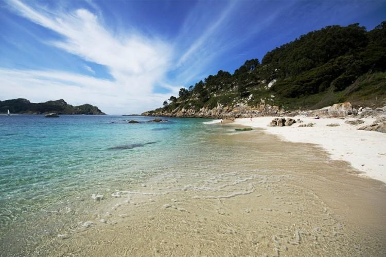 Cíes eilanden, Galicië in Spanje: bekend bij de locals als de Caraïben van Galicië met dank aan hun schitterende witte zandstranden. Cíes is een archipel van drie eilanden in het noordwesten van Spanje. Rodas is het langste strand en ook het leukste. Het aantal bezoekers per dag blijft beperkt tot 2.200 per dag. Er zijn geen hotels, enkel een camping, en slechts een paar eenvoudige restaurants. Je ziet er geen fietsen, laat staan auto's. © Pedro Borges Alves