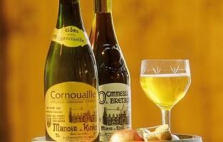 Bij galettes en crêpes wordt cider gedronken. Vooral Cornouaille in het zuidwesten en de Vallei van de Rance in het noordoosten van het appelrijke Bretagne zijn bekend om hun smakelijke cider. Een glas cider met een vleugje zwarte bessenlikeur is onder de naam 'Kir Breton' een geliefd aperitief. © Finistere Tourisme