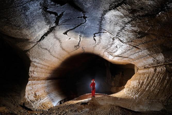De magie van speleologie in Franse grotten