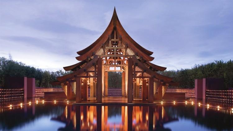 Phulay Bay van Ritz-Carlton in Krabi, Thailand: een eerbiedige stilte, meestal enkel gereserveerd voor iconische kathedralen zoals in de Notre Dame. Dat horen de gasten die na zonsondergang inchecken bij Phulay Bay in het Thaise Krabi. Elke avond rond 18u steekt het personeel 2.000 kaarsen aan die ze voor zo'n twee uur magisch laten branden rond het tempelachtige paviljoen dat dienst doet als lobby. © Phulay Bay