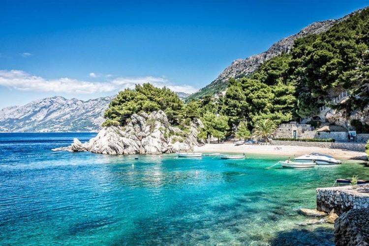 Makarska, kust van Dalmatië in Kroatië: de meeste bezoekers van Dalmatië gaan meteen naar de eilanden, maar de 61 kilometer lange kustlijn tussen Split en Dubrovnik is de thuisbasis van enkele van de mooiste stranden van het land. In het centrum ligt Makarska, wat ook een bezoekje waard is, maar de belangrijkste trekpleister is het strand omringd door dennenbossen. © Fabian Poelzleitner
