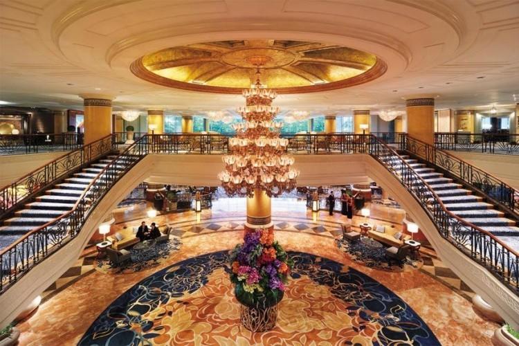 Makati Shangri-La in Manila, de Filippijnen: terwijl sommige hotels een pianist huren om een stijlvolle toets toe te voegen, gaan ze in de Filippijnen all the way met een volledig 14-koppig orkest. Tussen de grote trappen bengelt een grote kroonluchter en wie verder de ruimte in loopt, zie de hoteltuinen al liggen door gigantische plafondramen. © Makati Shangri-La