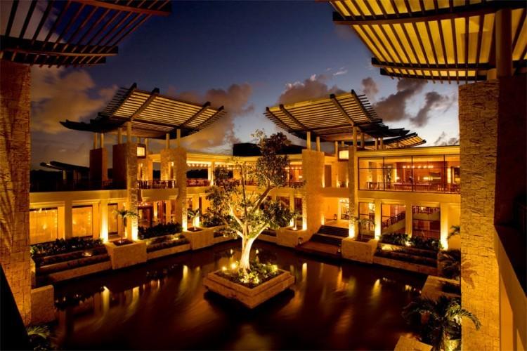 Bayan Tree Mayakoba aan de Riviera Maya in Mexico: met een harmonieuze mix aan natuur en luxe bereikt de Caraïbische levensstijl dankzij dit hotel nieuwe hoogten. Hier staan 118 enorme villa's ter beschikking die allemaal voorzien zijn van een privézwembad. Een grote pagode steelt de show aan de hoofdingang terwijl de openluchtlobby een prachtig uitzicht biedt op de villa's, het zwembad, de golfbaan en het strand in de verte. © Bayan Tree Mayakoba
