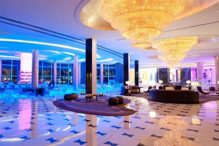 Fontainebleau Miami Beach in Miami, Verenigde Staten: de gasten in dit befaamde hotel die zich afvragen waar de dramatische trap van twee verdiepingen hoog naartoe gaat, komen bedrogen uit. Die komt namelijk nergens op uit. Dat was echter niet altijd het geval. Toen architect Morris Lapidus de hal ontwierp in 1954, zette hij aan het einde van de top een vestiaire. Dames konden dan bij aankomst een discrete lift nemen, om daarna via de fotogenieke trap hun entree te maken. © Fontainebleau Miami Beach