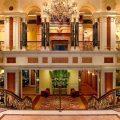 The New York Palace in New York, Verenigde Staten: als je in deze hotellobby mag plaatsnemen zijn je problemen ver weg, ondanks de naam van de lobbybar anders doet vermoeden. 'Trouble's Trust', de bar net onder de magistrale trap, dankt zijn naam met een knipoog aan het verwende hondje van de vorige hoteleigenares Leona Helmsley. © The New York Palace