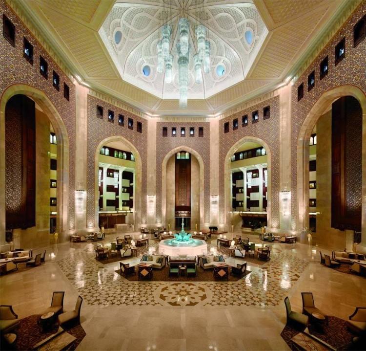 Al Bustan Palace in Oman: meer Midden-Oosters dan dit wordt het niet. Met een koepel die hoger is dan de Taj Mahal en een 5,5 ton zware kristallen kroonluchter, begint zelfs de sjeik te twijfelen of zijn stulpje wel weelderig genoeg is. © Al Bustan Palace