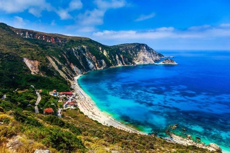 Petani, Kefalonia in Griekenland: het grootste Ionische eiland Kefalonia beschikt over twee beroemde kustrondingen: de stranden van Mirtos en Antisamos. Maar er is zeker ook iets te zeggen voor Petani, een mooi stukje zand en kiezels aan de noordwestkust van het minder bezochte aanhangende schiereiland Paliki. Afgezien van een klein café, is dit een ongerept juweeltje. Het strand is wel enkel bereikbaar via een bochtige weg zo steil dat zelfs een berggeit eens moet slikken. © Mladen Davidovic