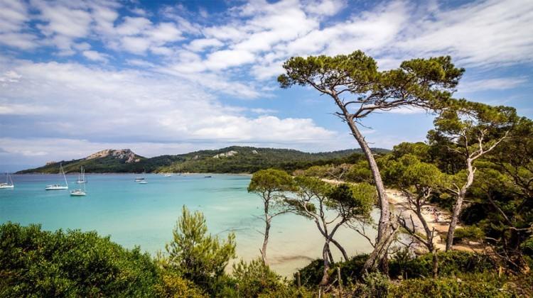 Île de Porquerolles, Côte d'Azur in Frankrijk: met een boottochtje van 20 minuten bereik je dit strand gelegen tussen Marseille en Cannes. De Fransen kochten Porquerolles in de jaren zeventig waardoor het grotendeels beschermd werd voor opwaardering, vandaar de witte zandstranden en eucalyptus- en dennenbomen. Plage de Notre Dame, in het noordoosten, is intiem in omvang en perfect gezelschap op een romantisch uitje. Het enige dorp, naast de haven, biedt verfijnde restaurants met Provençaalse keuken. © Marc-Henri Depotte