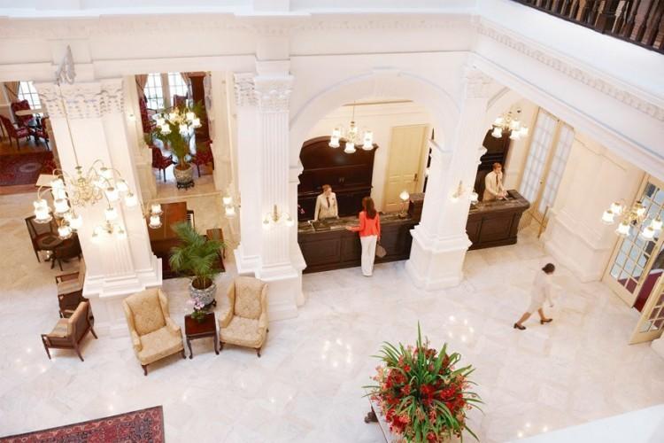 Raffles Singapore in Singapore: voor het eerst geopend in 1887 en sindsdien hoog aangeschreven. De 103 kamers belichamen de romantiek van het Verre Oosten met een gezonde mix van luxe, geschiedenis en koloniale sfeer. Vereeuwigd door schrijvers als Somerset Maugham, Rudyard Kipling, Ernest Hemingway en Alfred Hitchcock is het de perfecte uitvalbasis om Singapore te ontdekken. Portiers laten je binnen langs sierlijke smeedijzeren poorten waarna je terecht komt in een imposante en klassieke lobby die ongewijzigd lijkt sinds het begin van de vorige eeuw. © Raffels Singapore