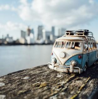 Kleine auto's in een grote wereld
