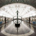 Slavyansky Bulvar Station in Moskou, Rusland: de meeste metrostations in Moskou zijn een link naar de geschiedenis van de stad met verwijzingen naar Ruslands industrialisering of de Victoriaanse tijd. Op 7 september 2008 opende deze metrohalte zijn deuren, een van de nieuwste toevoegingen van het metronet. Heel modern met veel ijzer en lampen die doen denken aan Parijse metrostations in tegenstelling tot andere metrohaltes. © Tanatat Pongpibool