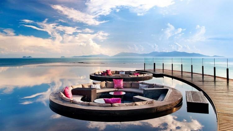W Retreat Koh Samui in Thailand: in dit hotel kom je helemaal tot rust aan de kust van het eiland van Samui. Maar liefst 74 privézwembaden bieden alle verwennerij en luxe die je nodig hebt en dat allemaal in een stijlvol jasje met contrasterende kleuren, vormen en structuren. De echte troef is wel de semi-outdoor lobby met lotusvijver. Van hier heb je een prachtig uitzicht op de Golf van Thailand met haar afgelegen eilanden aan de horizon. 's Avonds wordt de lobby prachtig verlicht voor een intieme, maar tot trendy sfeer. © W Retreat Koh Samui