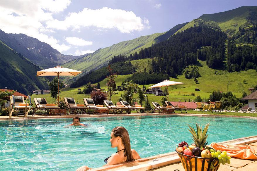 In het zwembad van Singer Sporthotel & SPA