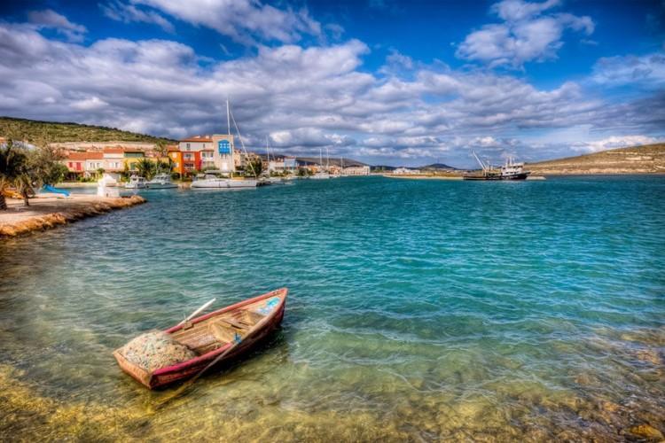Alaçati, Izmir in Turkije: het voormalige Griekse dorp Alaçati in beroemd om zijn prachtige oude huizen en geplaveide straatjes. Ongerept, met lage bergen zwevend aan de horizon en straatjes met gezellige cafés en restaurant biedt de charmante haven een idyllische vakantie aan de Turkse Egeïsche kust. Alaçati is ook één van 's werelds beste windsurfgebieden met kampioenschappen in augustus. © Nejdet Duzen