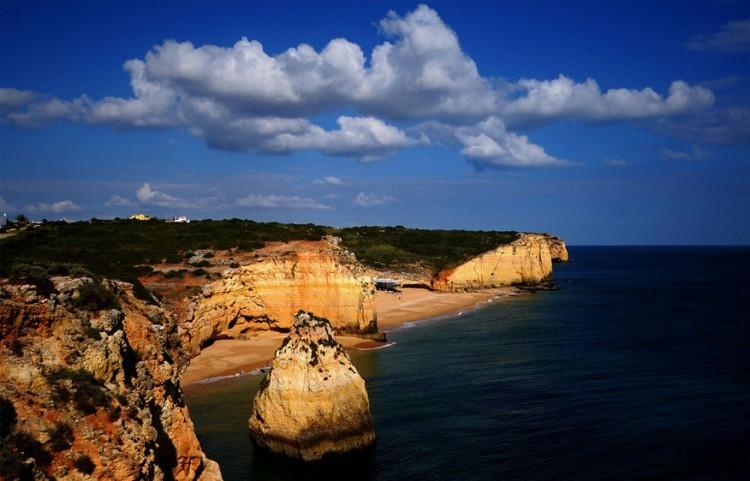 Caneiros, Algarve in Portugal: slechts 30 minuten vanaf de luchthaven van Faro is de verwennerij van dit strand verwijderd. Hier kun je waterfietsen of kajaks huren, de grotten verkennen, een maaltijd nemen in het chique Rei das Praias op het strand. Zin om te luieren? Dan huur je gewoon een ruim strandbed compleet met massage en fles champagne. © José Eusébio