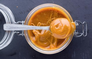 In 1980 werd de gezouten karamel van Henri Leroux bekroond met de titel 'Beste Snoepgoed in Frankrijk'. Naast gezouten boter en suiker horen ook hazelnoten en amandelen tot het geheime recept. Caramel salé valt als snoepje, als saus voor over het dessert, als ijs of als broodbeleg erg in de smaak bij jong en oud in Bretagne. © Mike Cookbook