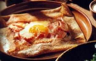 Bretagne is de thuisbasis van de Franse crêpes en galettes. De crêpes worden gemaakt van licht meel en worden vaak belegd met zoete ingrediënten. De hartige galettes worden gemaakt van boekweitmeel. Traditioneel wordt de galette belegd met ham, kaas en eieren. Moderne crêperies beleggen hun galettes ook met geitenkaas en vijgenjam of met eend en aardappelpuree. © Wikimedia Commons
