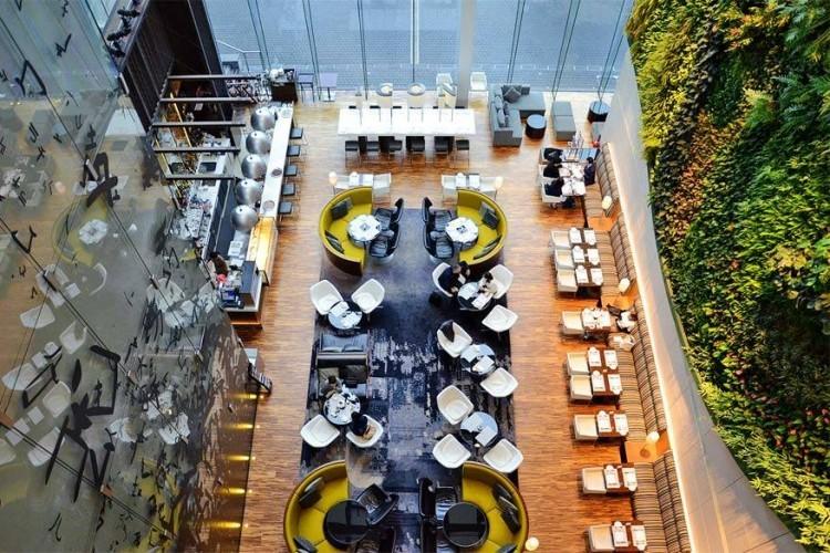 Hotel ICON in Hongkong: kunstig gerangschikte bloemen, een paar goed onderhouden planten en zelfs een palmboom of twee maken altijd een verfrissende indruk in een hotellobby. Maar het Hotel ICON in Hongkong pakt het nog verrassender aan. Zij verwelkomen hun gasten met wat momenteel de hoogste verticale binnentuin ter wereld moet zijn. Tegen een witte muur hebben ze een weelderige mozaïek van groen gehangen. © Henry Ng