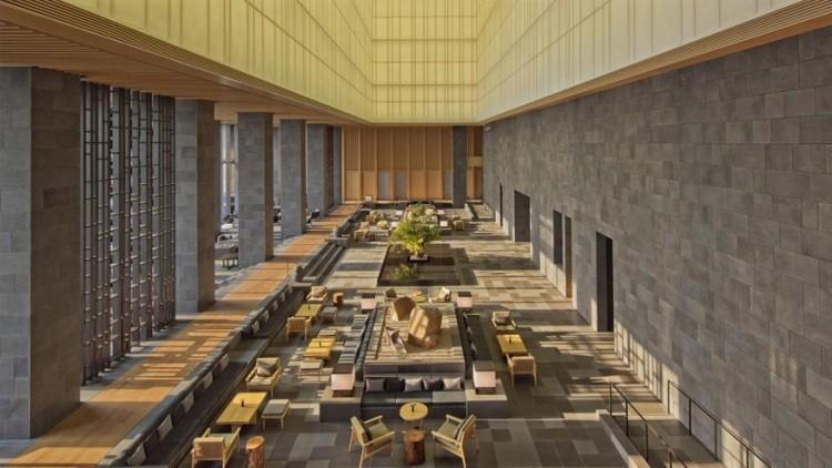 Aman Tokyo in Tokio, Japan: gelegen op de zes hoogste verdiepingen van de recent gebouwde Otemachi toren in Tokio. Het Aman hotel beschikt over 84 kamers en suites, aangekleed met een mix van traditionele Japanse architectuur en de ingetogen stijl van de hotelgroep. Onder een 30 meter hoge witte plafond staan twee rotstuinen omgeven door water centraal in de lobby op de 33ste verdieping. Het uitzicht op de stad krijg je er gratis bij. © Aman Tokyo