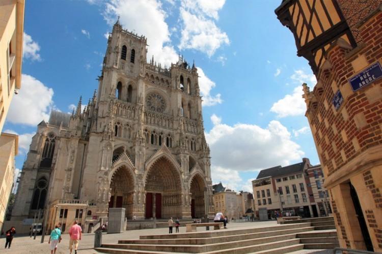 Minstens zo indrukwekkend als die in Parijs is de Notre-Dame in Amiens. Sterker nog: het is de grootste gotische kathedraal van Frankrijk. Sinds 1981 staat ze met recht en reden op de Werelderfgoedlijst van UNESCO. De eerste steen van de kathedraal werd gelegd in 1220 waarna het een van de zuiverste voorbeelden van de gotiek representeert. © Toerisme Amiens